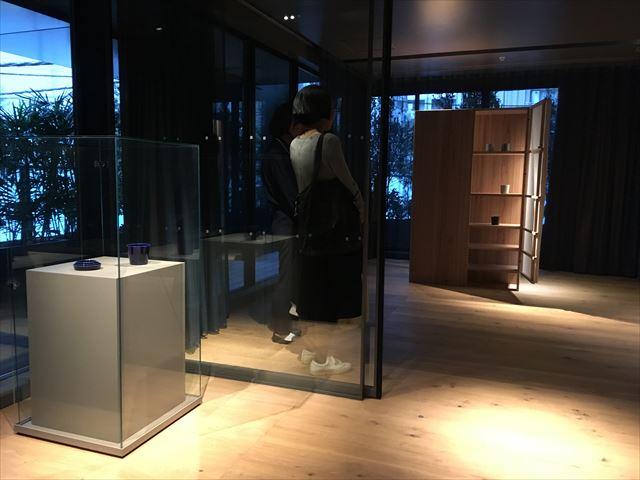 ギャラリー&客室の「TOKYO CRAFT ROOM」。 現在はアムステルダムの「ディー・イントゥイティファブリック」と「インゲヤード・ローマン」の作品を展示中