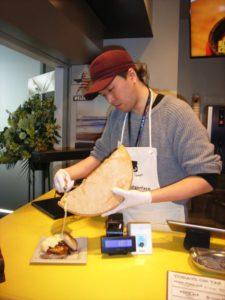ダイゴミバーガーで追いチーズを頼むと、スタッフがたっぷり豪快にかけてくれます