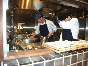 豆腐工房では湯豆腐定食につける島豆腐(沖縄)を製造中。しょう油なしでもあっさり塩味が