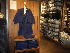 銀座店限定の阿波しじら織りの甚平。「丁寧な手仕事から生まれます」とうんちくも無印流だ