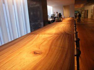 6階サロンのバーカウンターに使われている木は樹齢400年のクスノキだ。のこぎりで切ってそのまま――グラスや器も時代を超えた良質なものが集められた