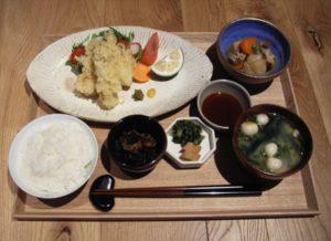大分のご膳は1200円。練りガラシを溶いた酢しょう油で食べるのが一般的だという
