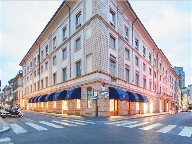 ミラノの目抜き通りモンテナポレーネ通りにあるCOVA本店。世界のセレブリティが集まる社交場。